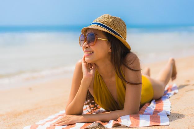 femme sexy souriante sur la plage
