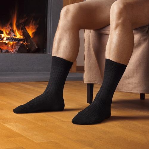 homme nu en chaussettes